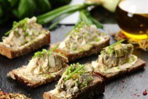 бутерброды с рыбой и яйцом